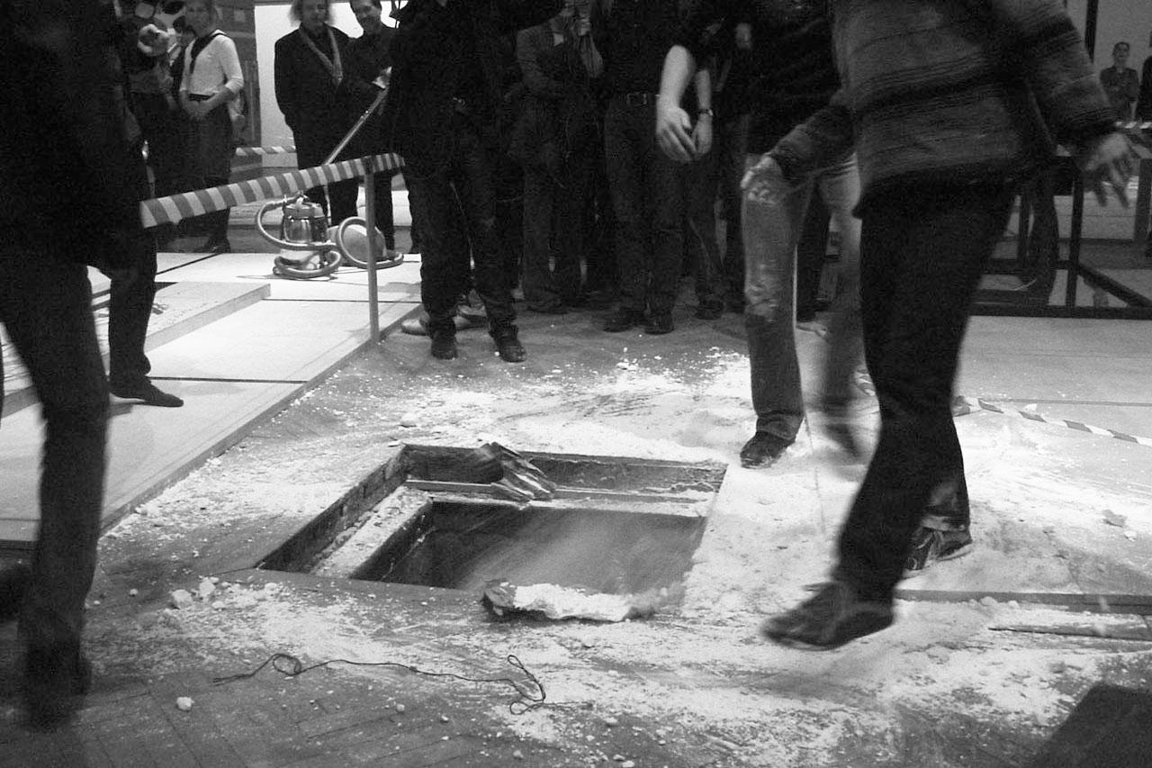 """Common Ground – Bodenlos. Performance, 2002. Group exhibition """"mega – Manifeste der Anmaßung"""", Künstlerhaus, Vienna (AT). Photo: Assocreation."""