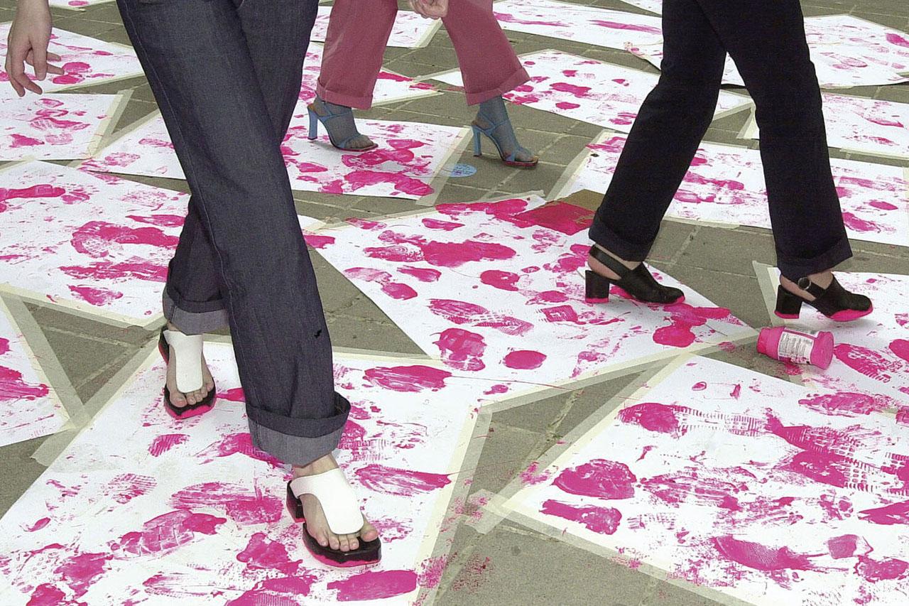 "Pink Prints – shoe diploma. Performance, 2002. Group exhibition ""mega - Manifeste der Anmaßung"", Künstlerhaus, Vienna (AT). Photo: Clemens Fabry."