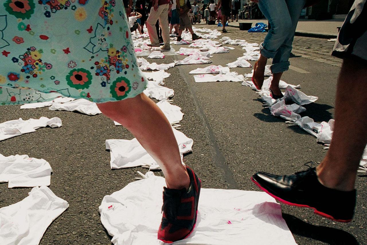 Pink Prints – street wear. Happening, 2005. Schönbrunner Straße, Vienna (AT). Photo: Klaus Pichler.