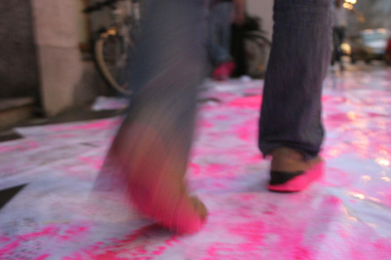 """Pink Prints – final report. Happening, 2005. Group exhibition """"theendishere"""", Galerie Framework, Schönbrunner Straße, Vienna (AT). Photo: Assocreation."""