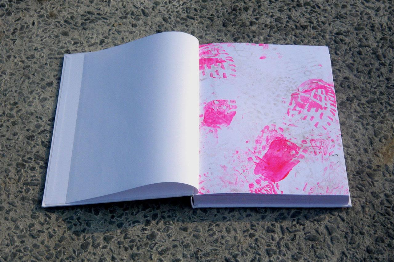 "Pink Prints – final report. Happening and object. Group exhibition ""theendishere"", Galerie Framework, Schönbrunner Straße, Vienna (AT). Photo: Assocreation."